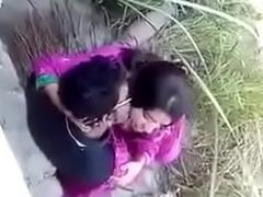 Neighbourhood pub Desi indian couple outdoor sex, outdoor sex couple, viral sex Desi indian couple rendition sex at outdoor